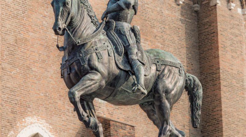 la posizione delle zampe del cavallo nelle statue
